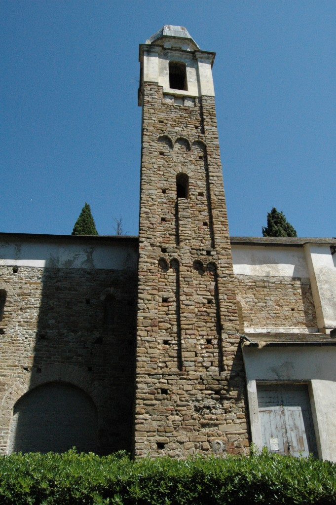 """Da Cultura-Barocca (www.cultura-barocca.com): """"Nel XIII sec. la chiesa romanica in Dolceacqua di S. GIORGIO era officiata da un collegio di Canonici, retta da un capitolo collegiale (si trattava quindi di una chiesa collegiata) che nelle chiese non cattedrali esercitava il servizio divino. Presso l'Arch. di Stato di Genova (notai ignoti, filza IV) secondo un documento del 28-IX-1296 il canonico Jacopo Manfredo """"coadiutore"""" si dichiarava unico reggente di S.Giorgio per la morte di Ottone """"presbitero"""" (ecclesiastico del secondo grado gerarchico, fra diacono e vescovo, dell'ordine cattolico) e """"preposito"""" (in senso generico """"superiore di una comunità"""" ed in senso stretto """"priore claustrale di una abbazia benedettina""""). Il canonico supplicava Arghisius abate di S.Siro in Genova, affinché gli inviasse il """" religioso e onesto frate Damiano"""" come """"preposito"""". Il fenomeno di S.Giorgio riflette un processo spirituale dell'Italia del Centro-Nord: l'esperienza canonicale, tipica di sacerdoti preposti all' ufficiatura di una chiesa ed impegnati nella vita comunitaria, per quanto poliedrica nelle forme, aveva acquisito sempre maggior credito a partire dall'XI secolo. Questo movimento ebbe diffusione nel settentrione peninsulare perché in tale area nell'istituto plebano, a differenza del Sud, aveva persistito una vita comunitaria del clero in rapporto agli insediamenti rurali circostanti: dopo il Mille la chiesa plebana si organizzò secondo le regole della vita canonicale costituendo un Capitolo, cioè un consesso di sacerdoti il cui capo mutò rapidamente la titolatura originaria di archipresibiter in quella di prepositus o di prior. Dal XII al XIII sec. gli Ordini di canonici regolari, unificati secondo la Regola di S.Agostino, si segnalarono nell'assistenza ospedaliera (si formarono i primi Ordini ospedalieri, staccati dai Capitoli ma a questi ancora assimilati per vari aspetti)."""""""