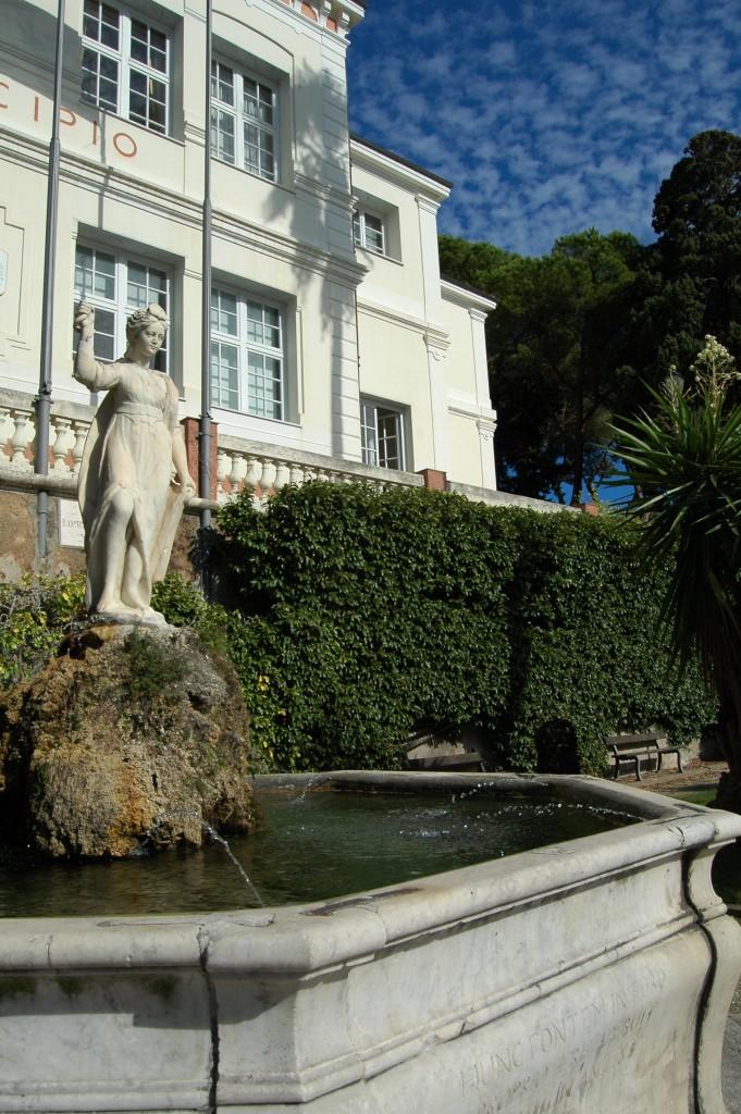 In primo piano la statua - probabile riutilizzo di un'opera di età romana - di Magiargè, la leggendaria schiava, morta giovane in Bordighera, l'innamorata del pirata barbaresco Boabil